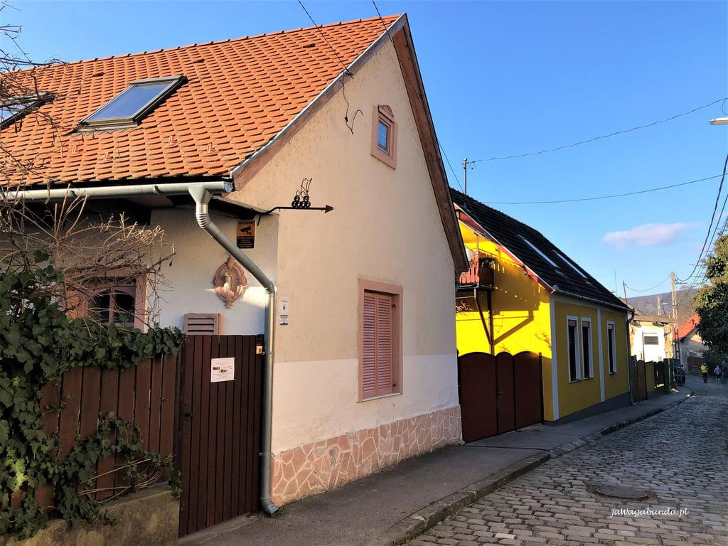 Wyszegrad uliczka z domami starymi