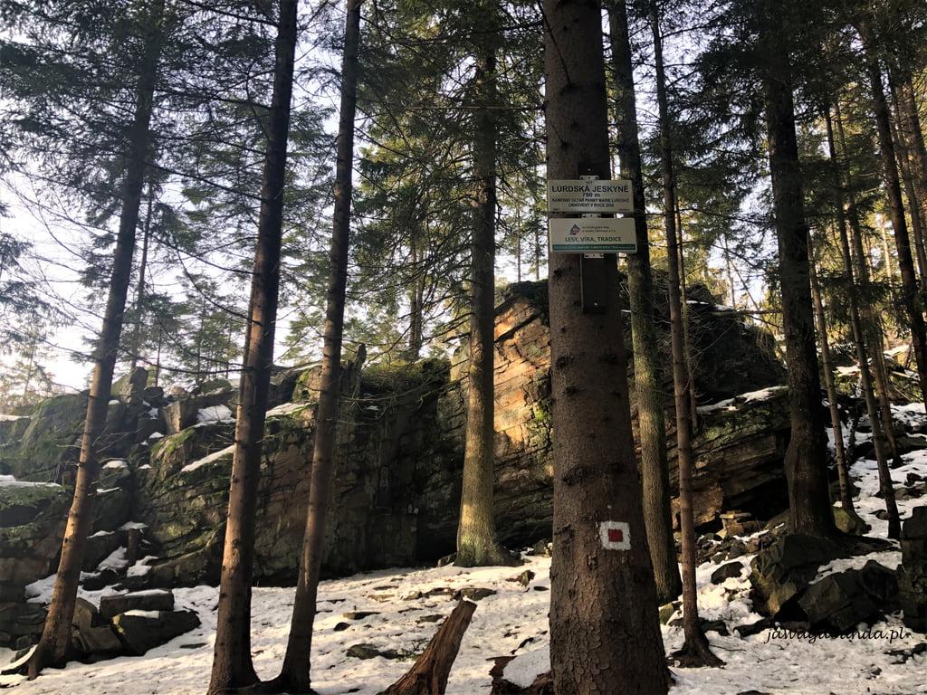 Grota ukryta wśród skał