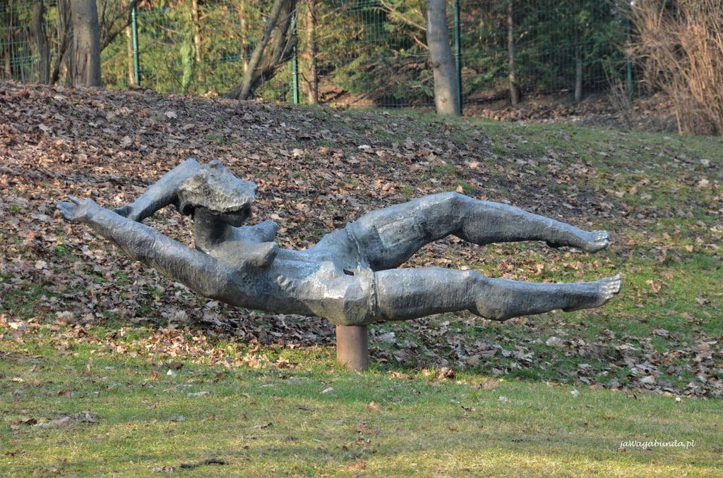 olbrzymia rzeźba w parku