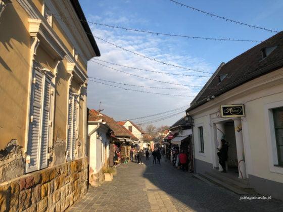 brukowana ulica w starym mieście i domy