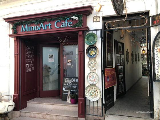 wejście do klimatycznej kawiarni