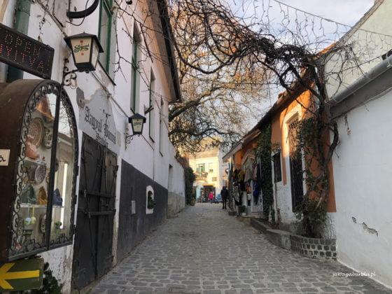 uliczka z brukowanymi domami