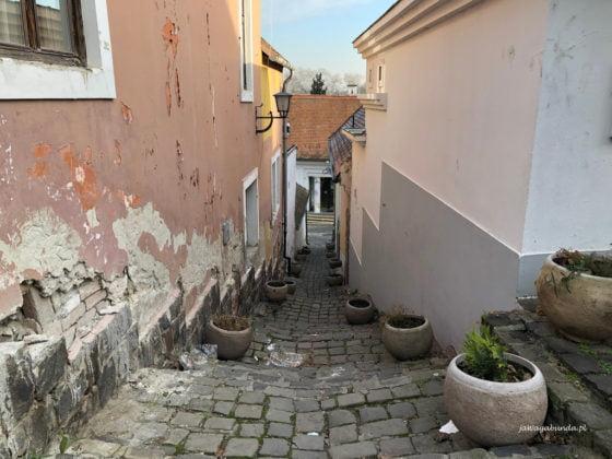wąska uliczka pomiędzy domami