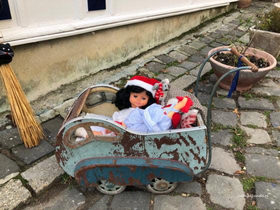 wózek sprzed stu lat z lalką