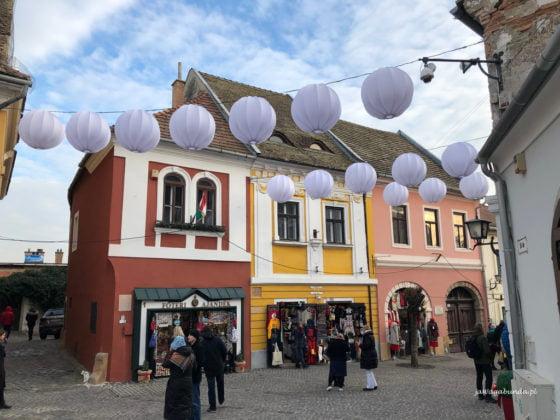 ulica udekorowana balonikami