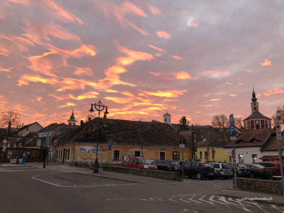 kolorowe niebo nad domami