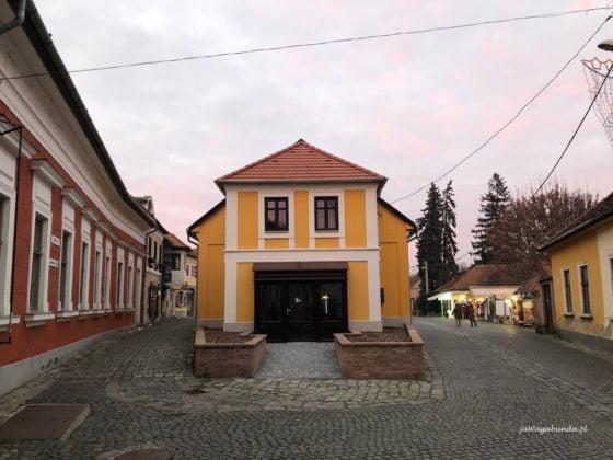 wąska uliczka i urokliwy dom
