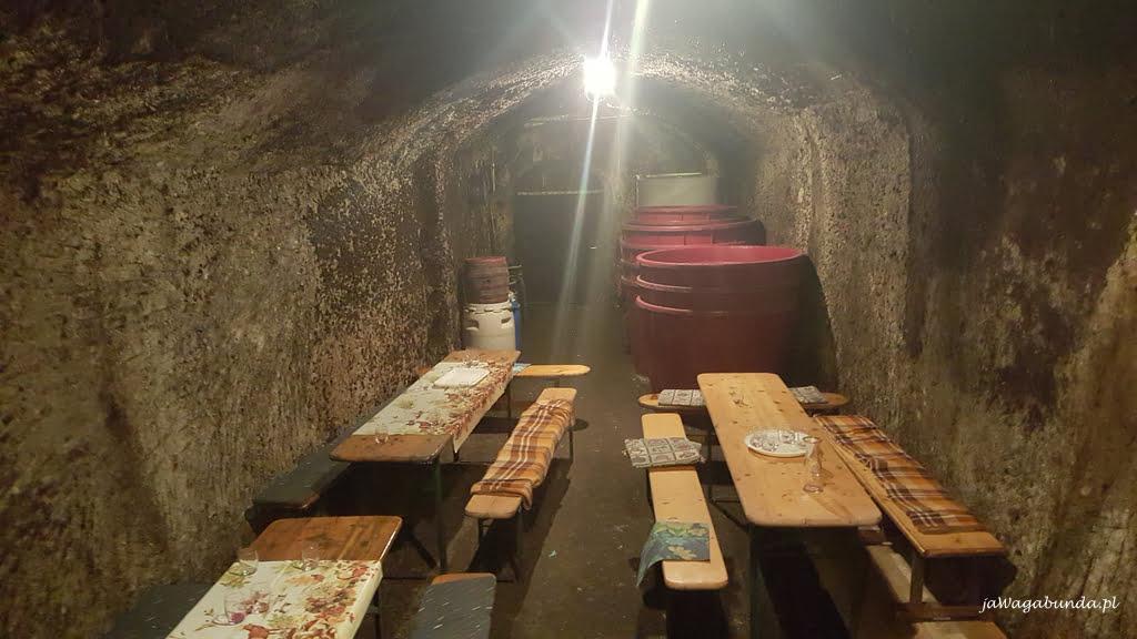 wnętrze piwnicy i beczki z winem