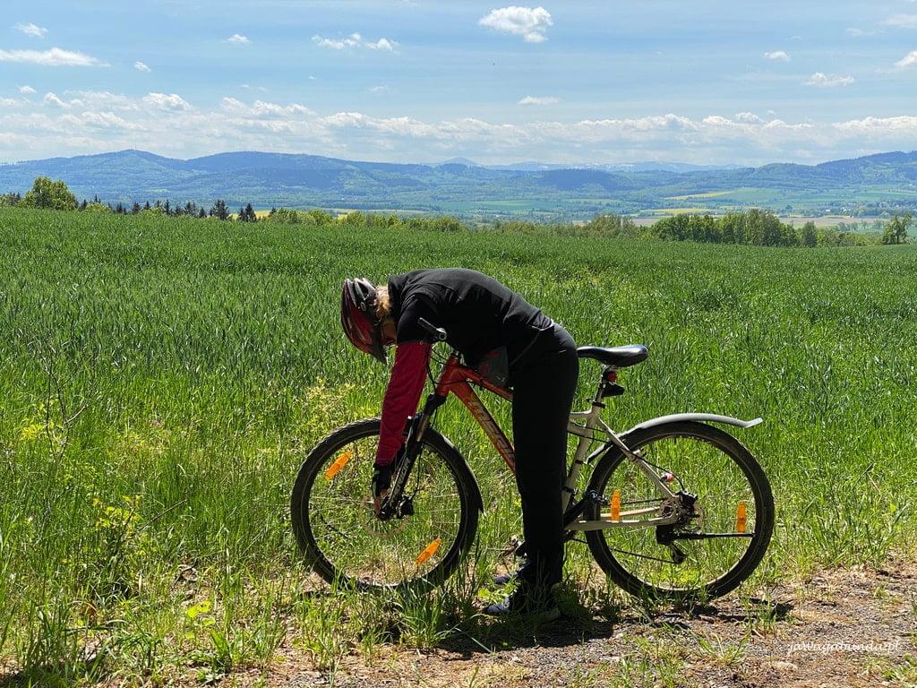 kobieta na rowerze, w tle góry