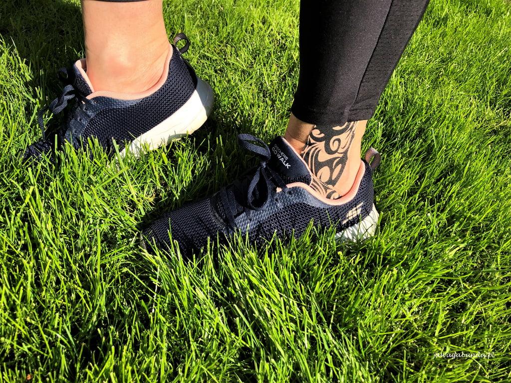 stopy w butach wśród trawy