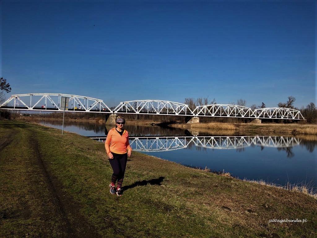 Kobieta biegająca slow jogging nad rzeką