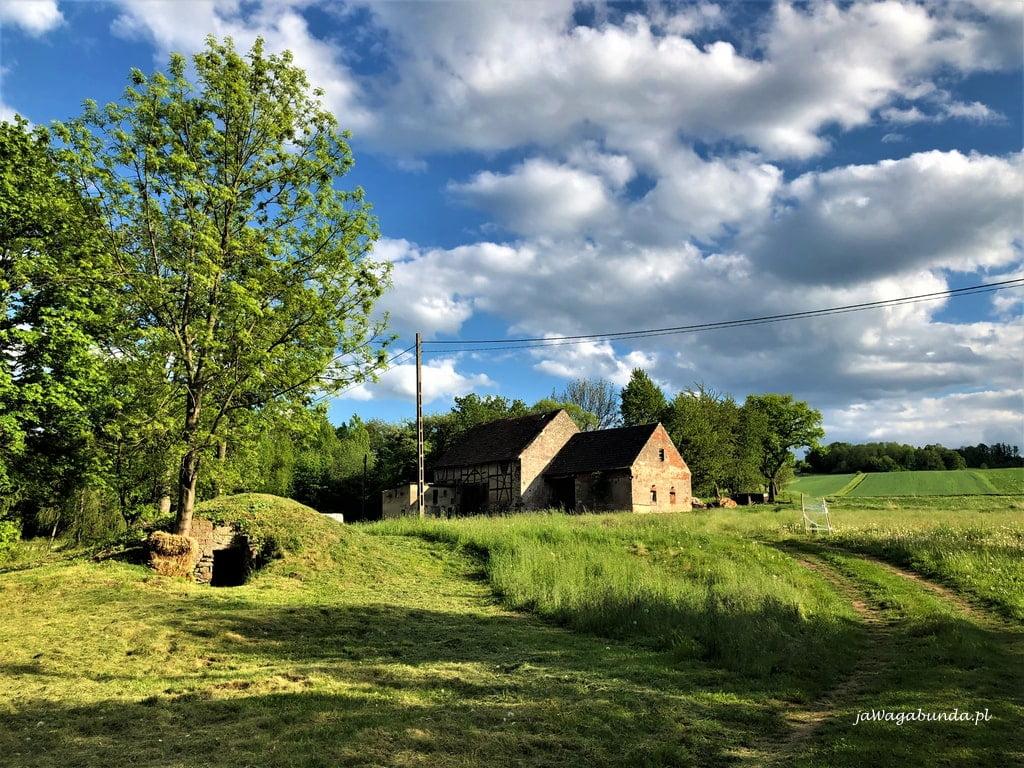 Zabudowania starych domów w Dobkowie dom i stodoła