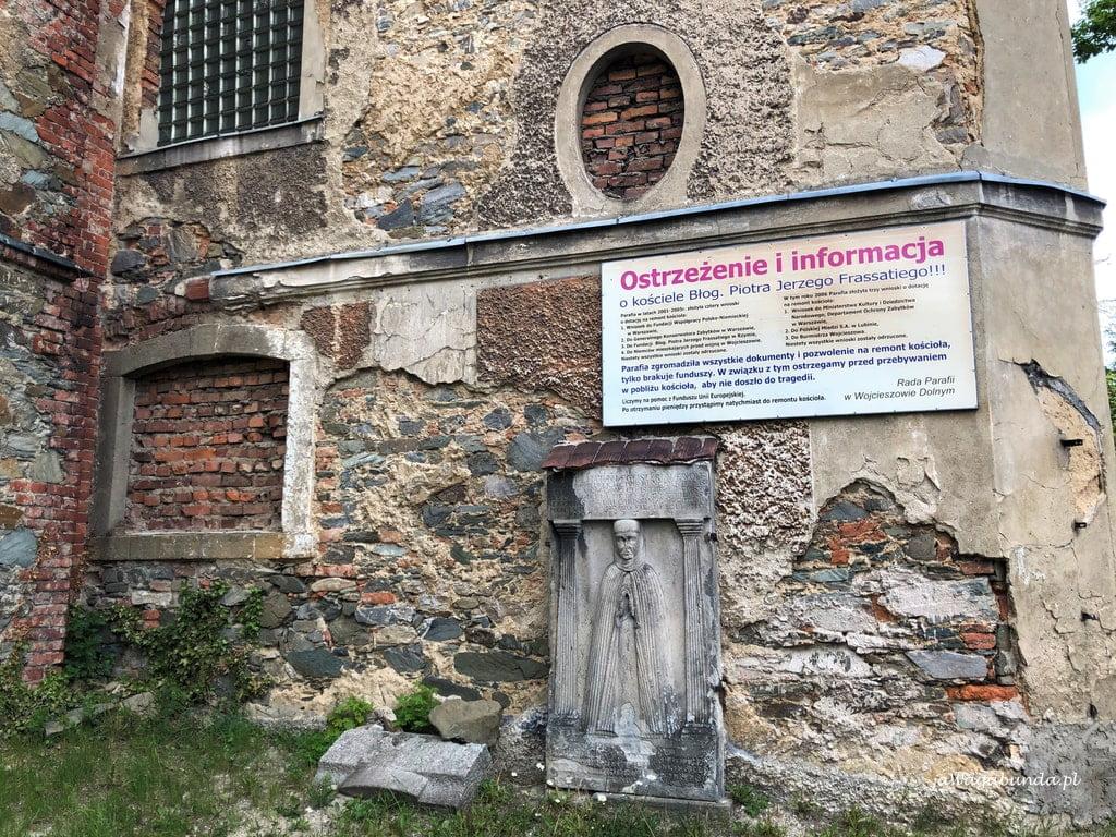 tablica informująca o niemożności przeprowadzenia remontu w kościele w Wojcieszowie