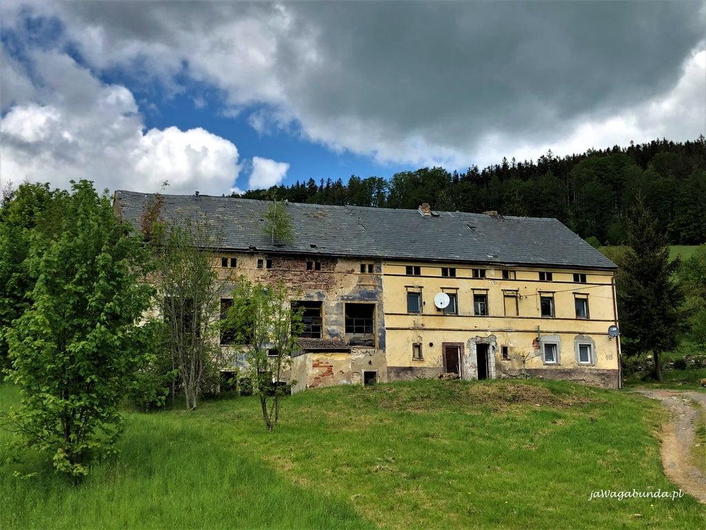 Stary dom w Górach Kaczawskich częściowo zamieszkały