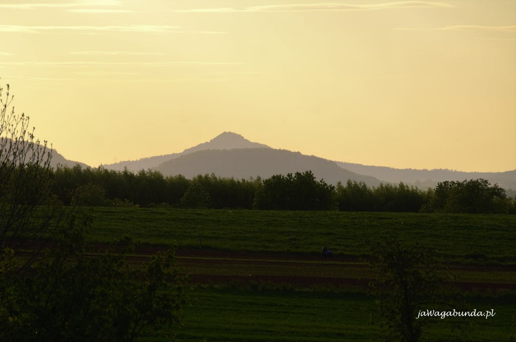 widok na wymarły wulkan Ostrzyca o wschodzie słońca