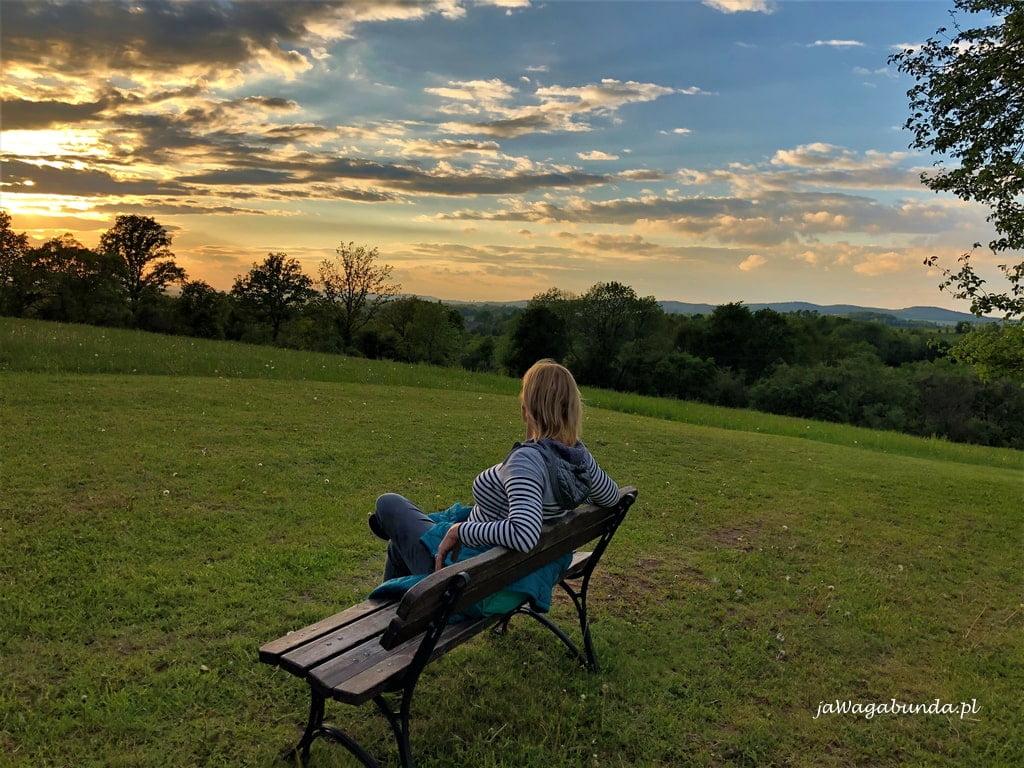 kobieta siedzi na ławce w dobkowie w Krainie Wygałsych Wulkanów