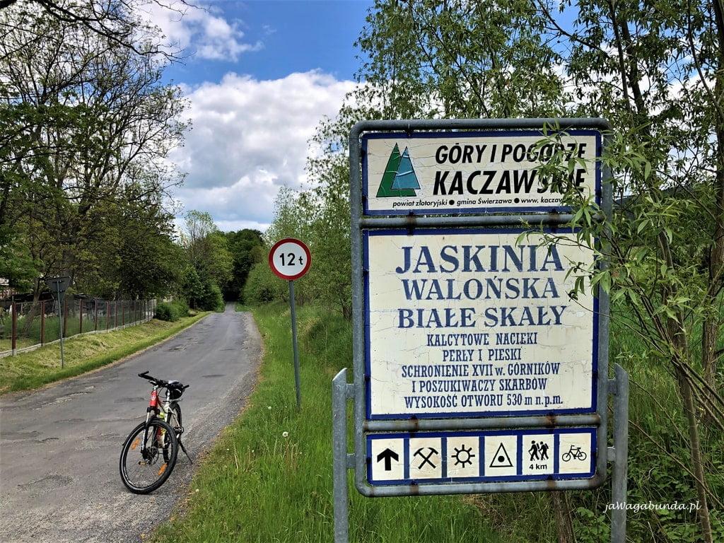 jaskinia w górach kaczawskich tablica informacyjna i rower na trasie