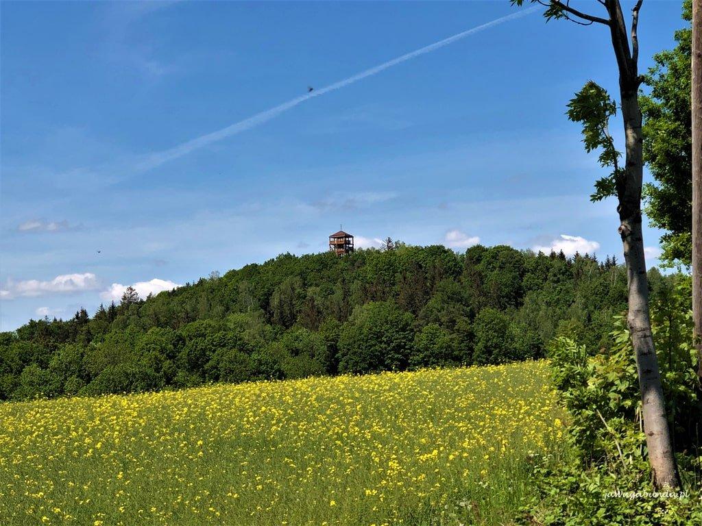 wieża widokowa na górze wygasłym wulkanie