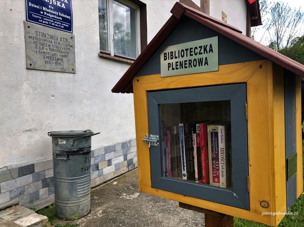 biblioteczka plenerowa w krainie wygasłych wulkanów