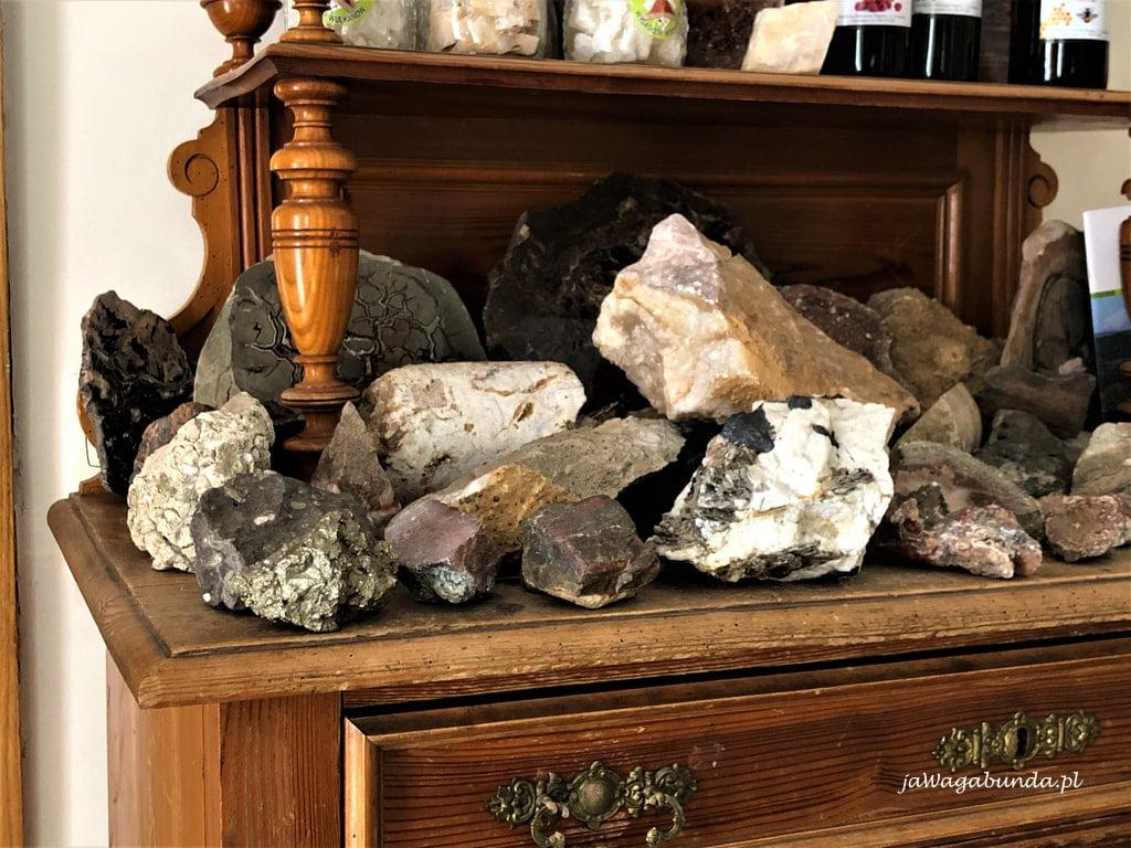 agaty i inne skały na szafie w villi greta w dobkowie