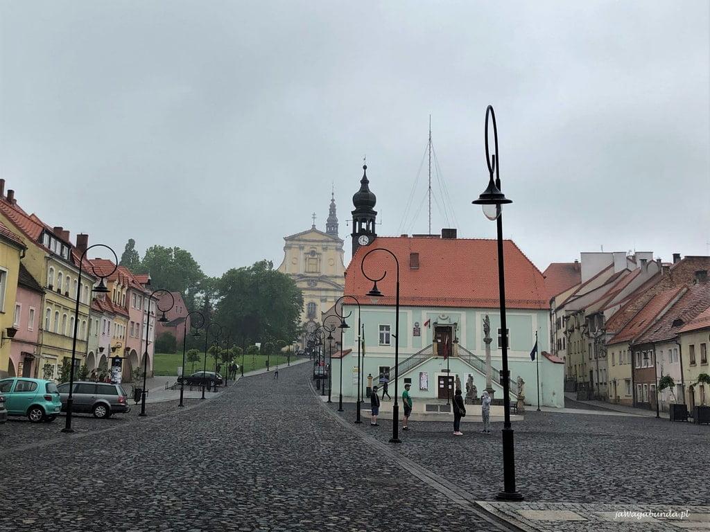 miasteczko lubomierz i jego rynek kamienice i kościół