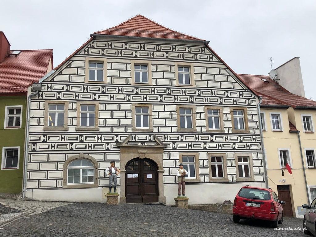 Zabytkowy budynek w Lubomierzu, a nim muzeum Kargula i Pawlaka