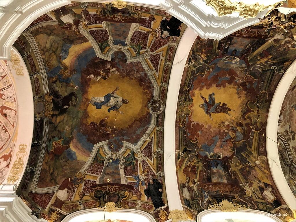 sklepieni z wizerunkami świętych w kościele w Lubomierzu