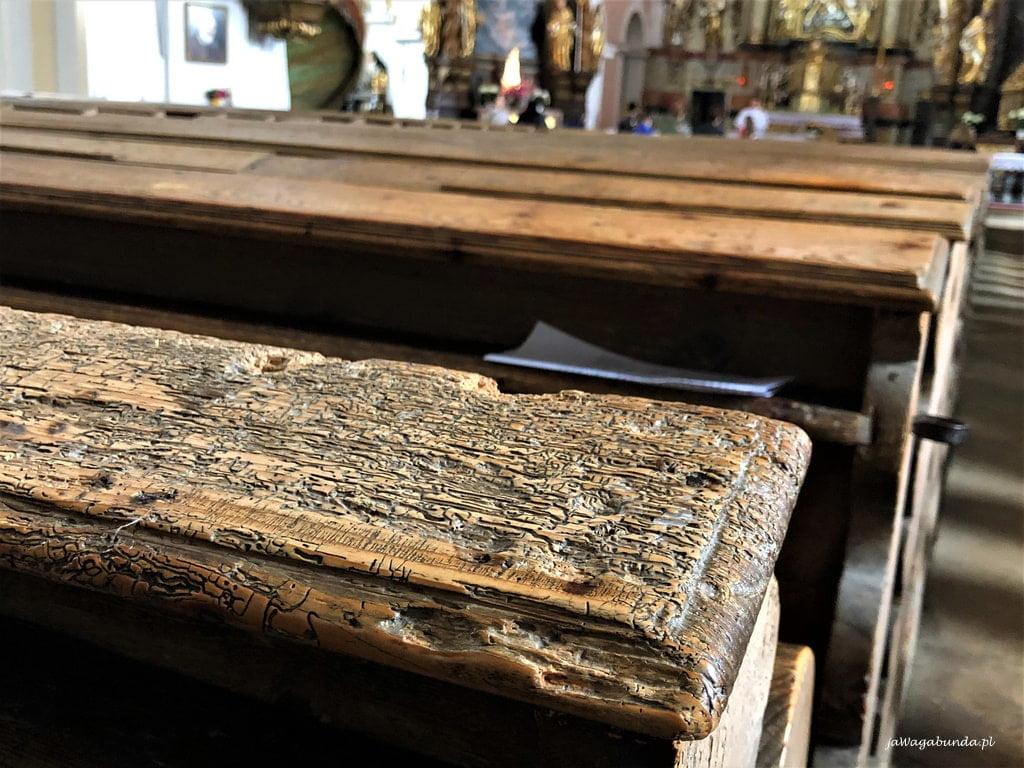 stara, zjedzona przez korniki ławka kościelna w Lubomierzu