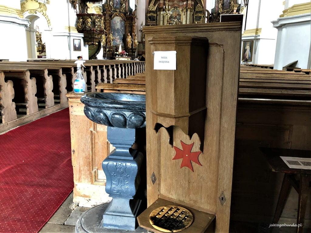 Kościół w Lubomierzu a w kropielnicy nim woda święcona w