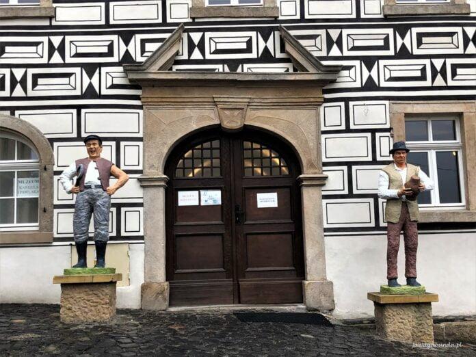 Kargul i Pawlak przed swoim muzeum w Lubomierzu