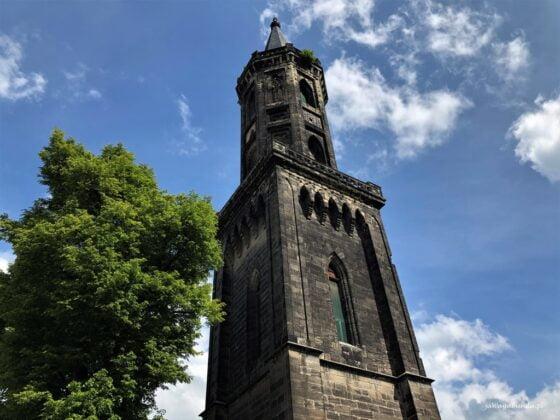 czarna wieża kościelna w Lwówku ślaskim
