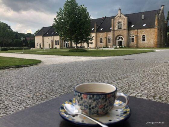 filiżanka kawy z Boleslawca przed pałacem Brunów
