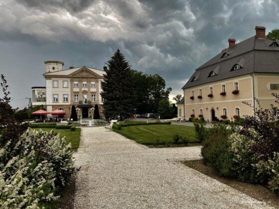 zabudowania pałacu w Brunowie dwa budynki