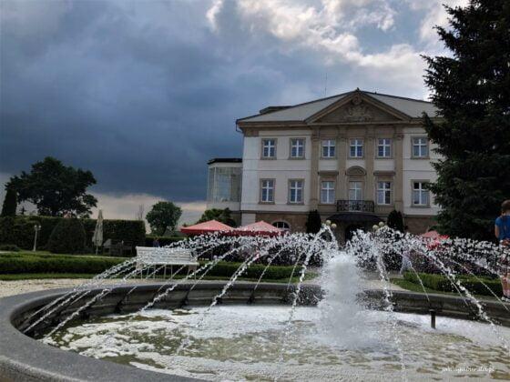 fontanna przed pałacem w Brunowie