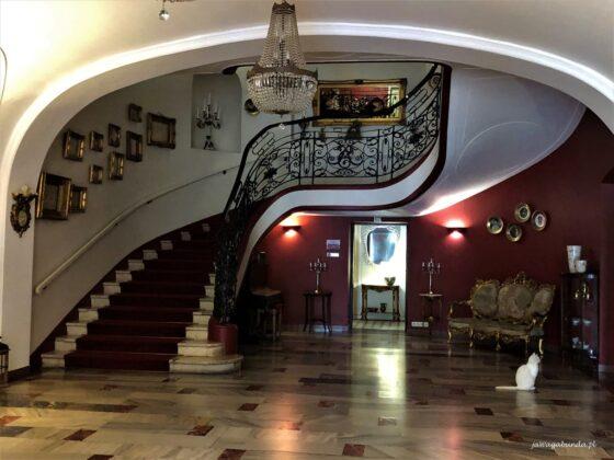 Wnętrze i schody pałacu w Brunowie