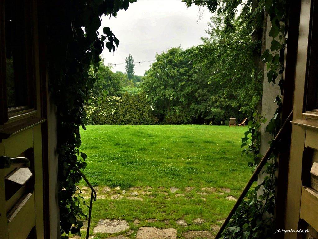 Widok z domu na zielone pola