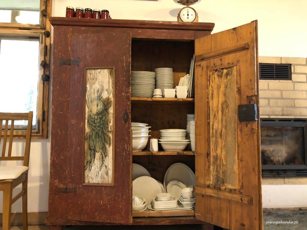 odnowiona szafa stoi w jadalni w Pokrzywniku