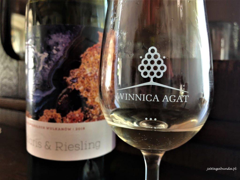 lampka wina i butelka wina z dolnośląskiej winnicy