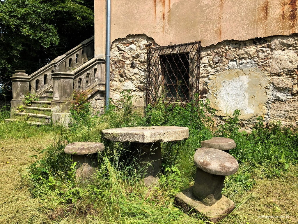 kamienne krzesła i stół w pałacu lenno