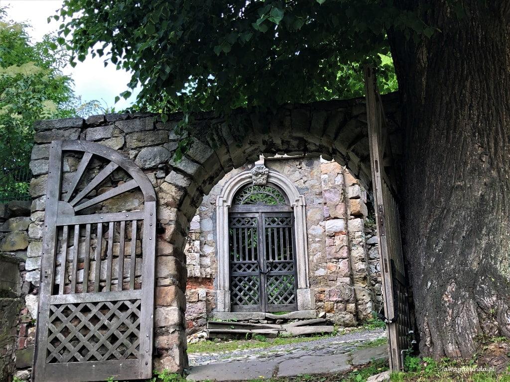 brama w murze na zamku Lenno