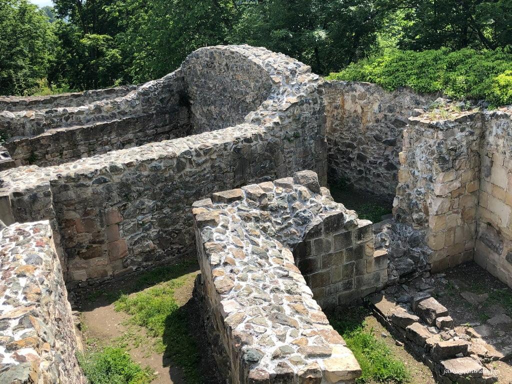 mury zamku obronnego Lenno
