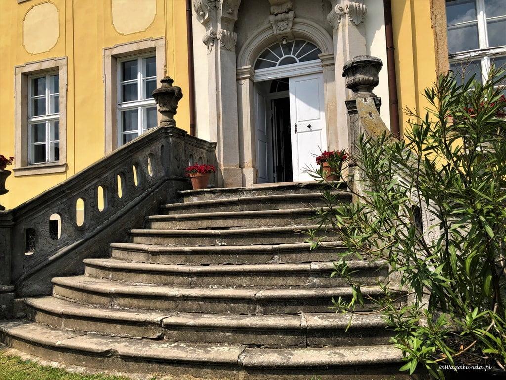 schody prowadzące do pałacu