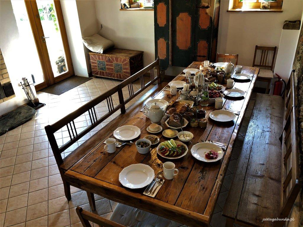 stół nakryty do posiłku