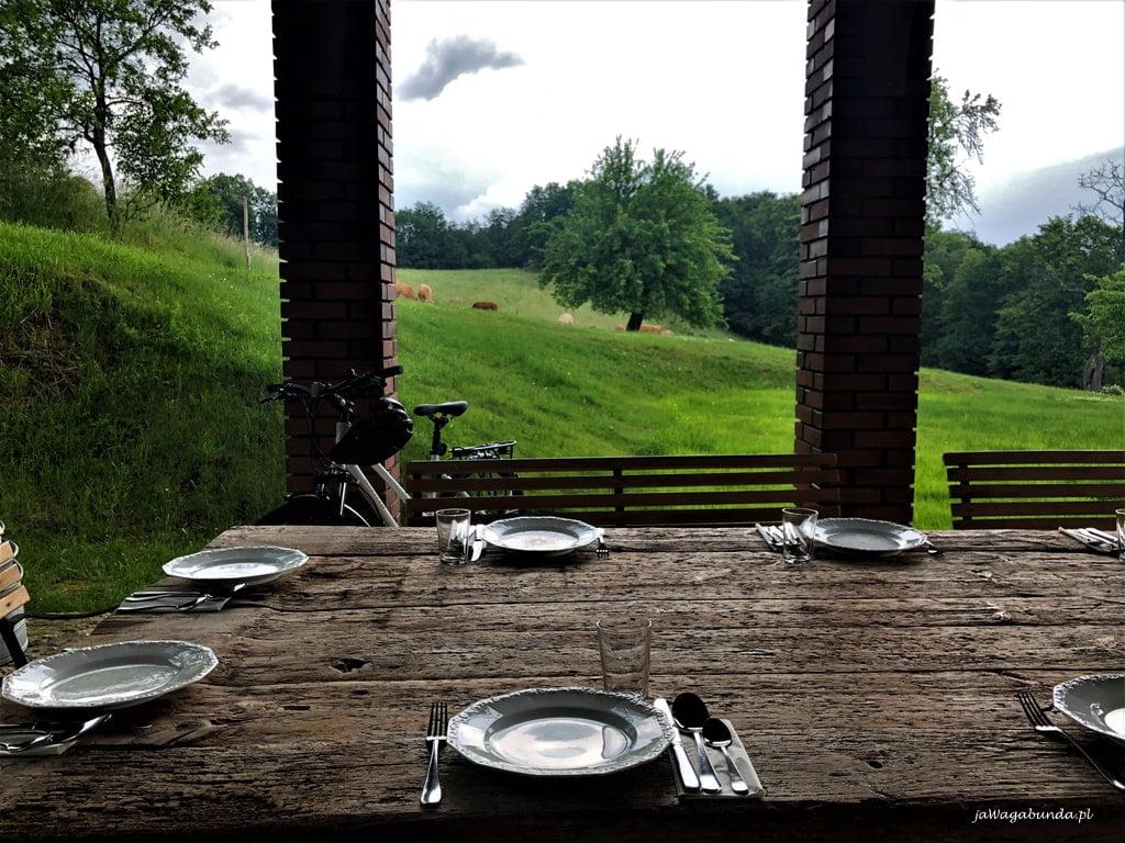 stół z widokiem na łąki nakryty do posiłku