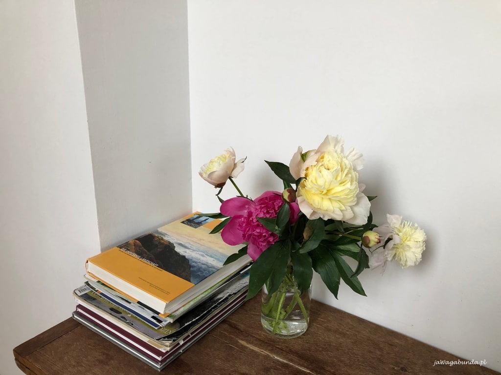 książki na kwiaty w wazonie