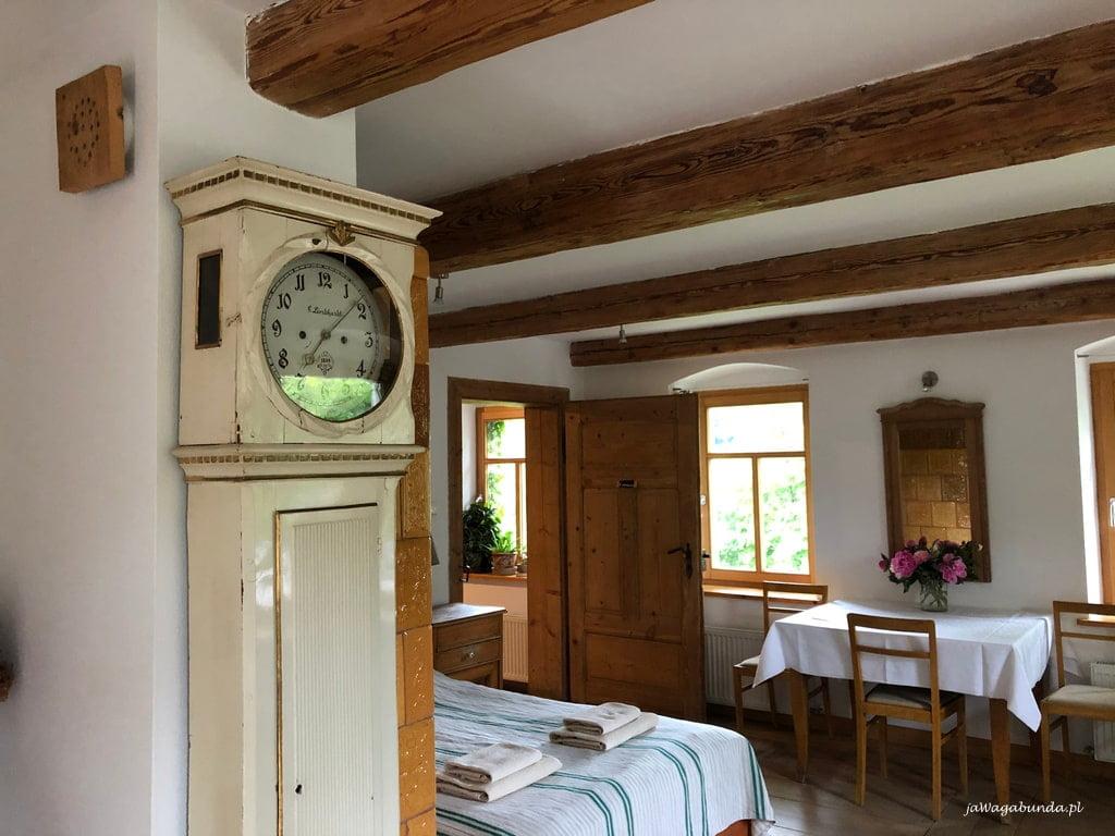 łóżka i stary zegar