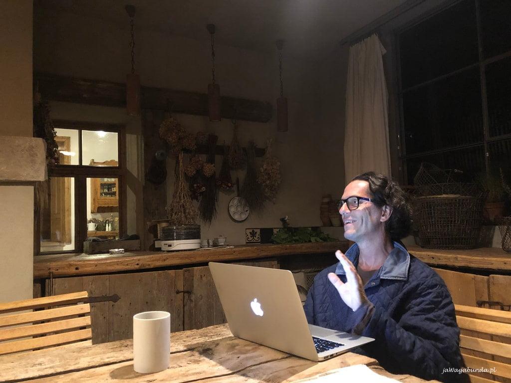 stefan czyta fragmenty swojej książki