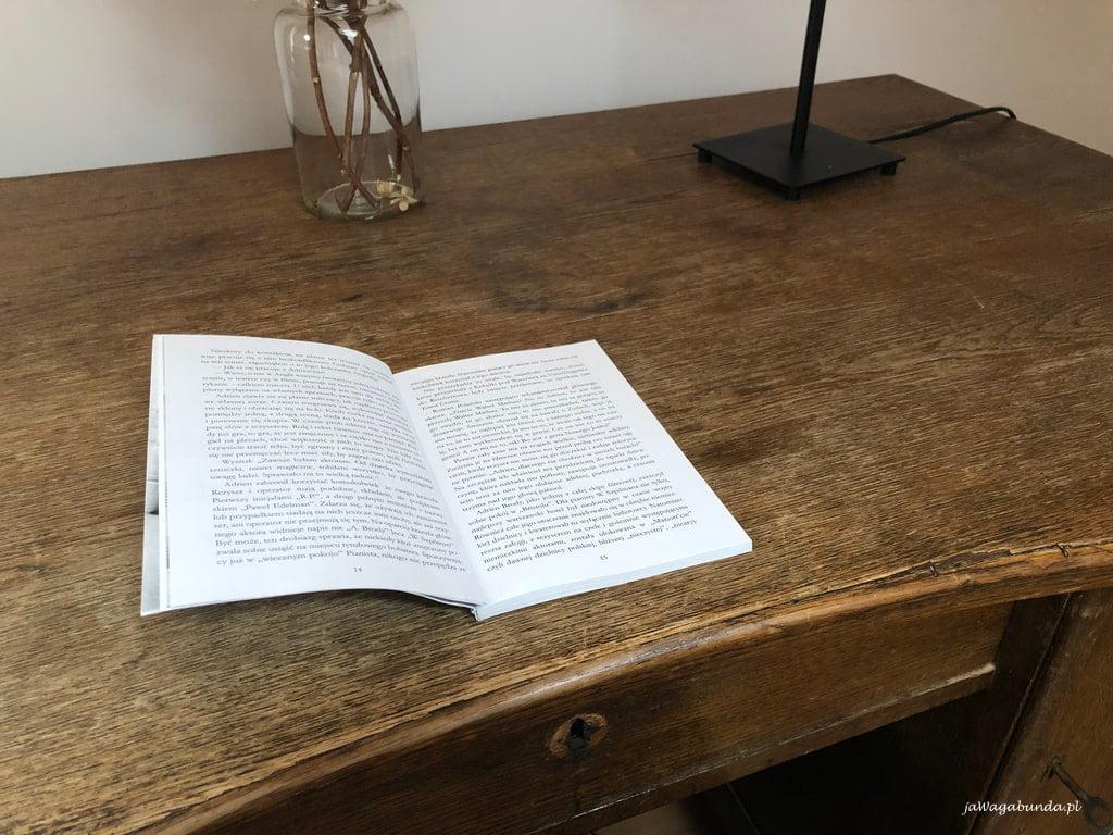 otwarta książka leżąca na biurku