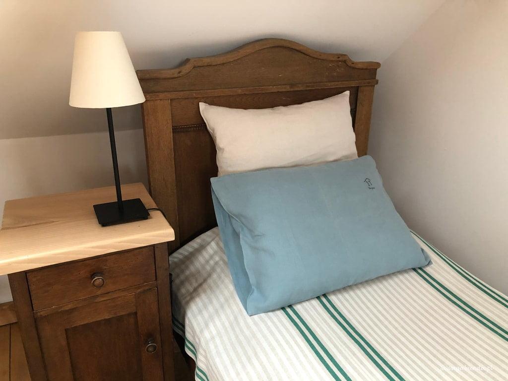 lniana pościel kolorowa na starym łóżku