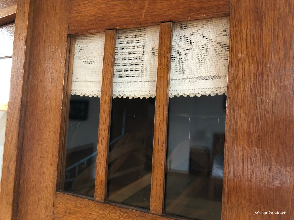 szafa stara drewniana z koronką